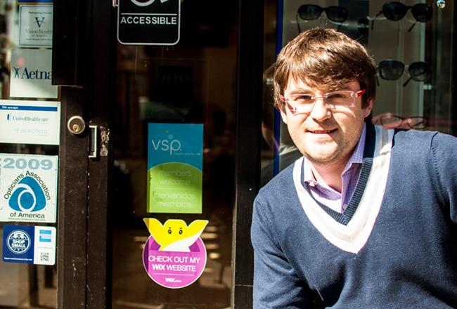 Wixステッカーと写真を撮るVictory Vision CenterのオーナーでWixユーザーのVictor Kolenskyさん