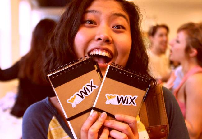 Wixの非売品ノートを手にするユーザー