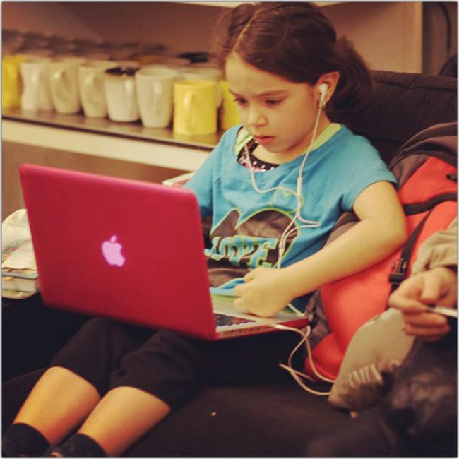 Macでウェブデザインをする子供