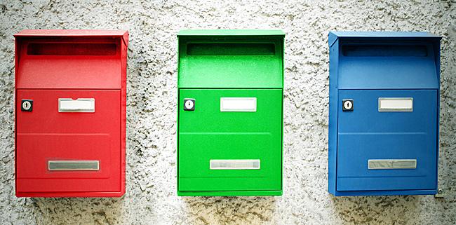 さまざまな色の郵便受