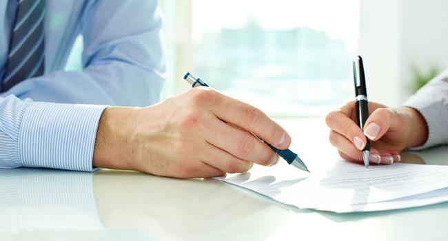 契約書に署名する二人