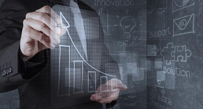 データを分析するビジネスマン