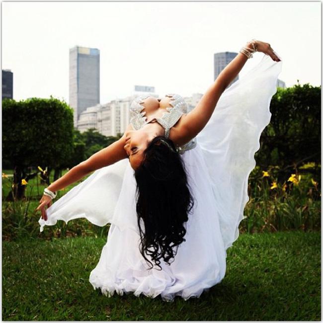 公園で踊る美しい女性