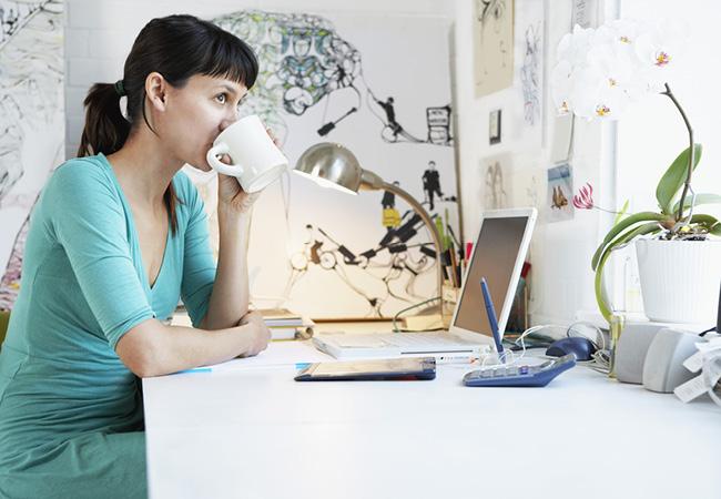 自宅でくつろぎながら仕事をする女性