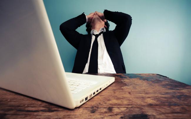 ホームページ作成に悩むビジネスマン