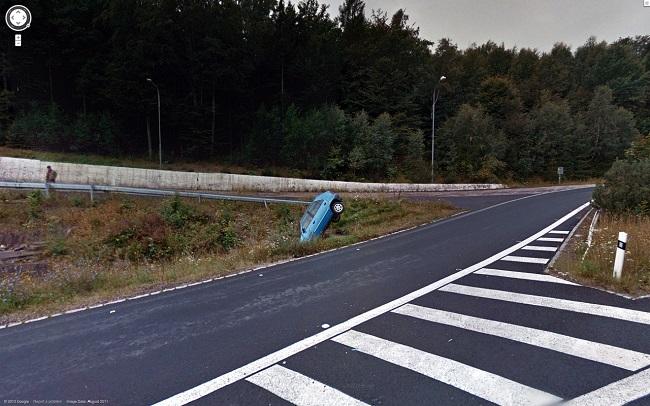 車が道に落ちている
