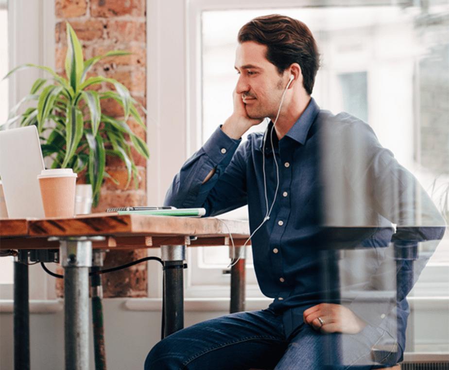 机に座って自己分析する男性
