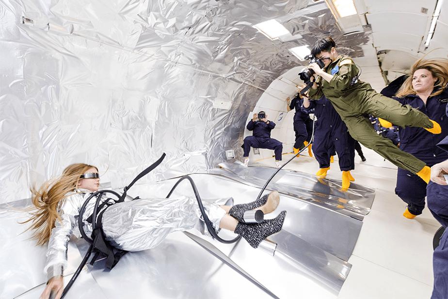 無重力の飛行機の中でカメラを構える玲子さん