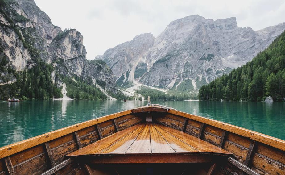 大自然に囲まれた美しい湖の絶景写真
