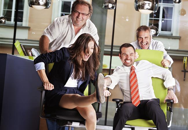 同僚や部下にドッキリを企画してオフィスアワーを楽しく過ごそう