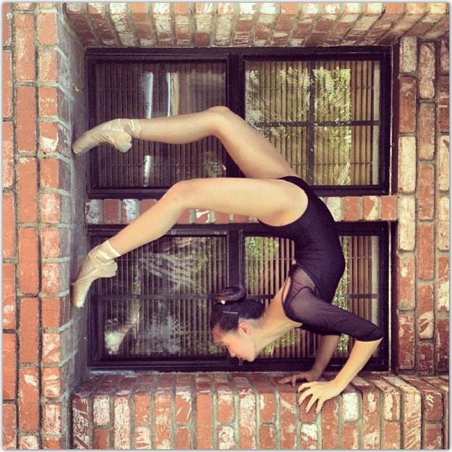 窓際で踊るバレリーナ