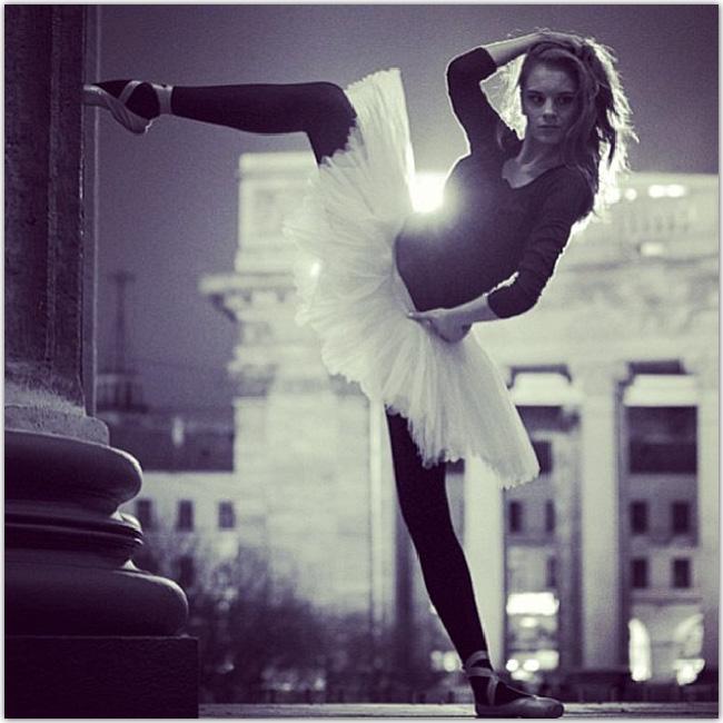バレエ衣装を着て街中でポーズをとるモダンな女性