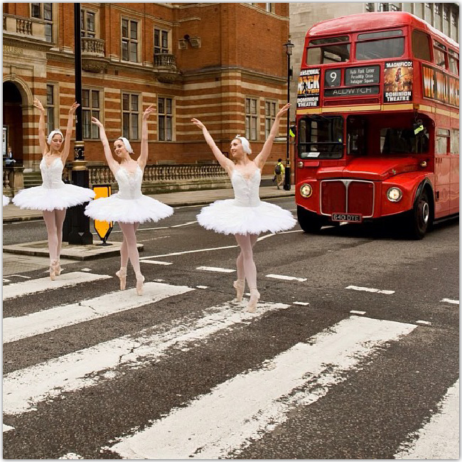 ロンドンの路上でダブルデッカーバスの前で踊るバレリイナ