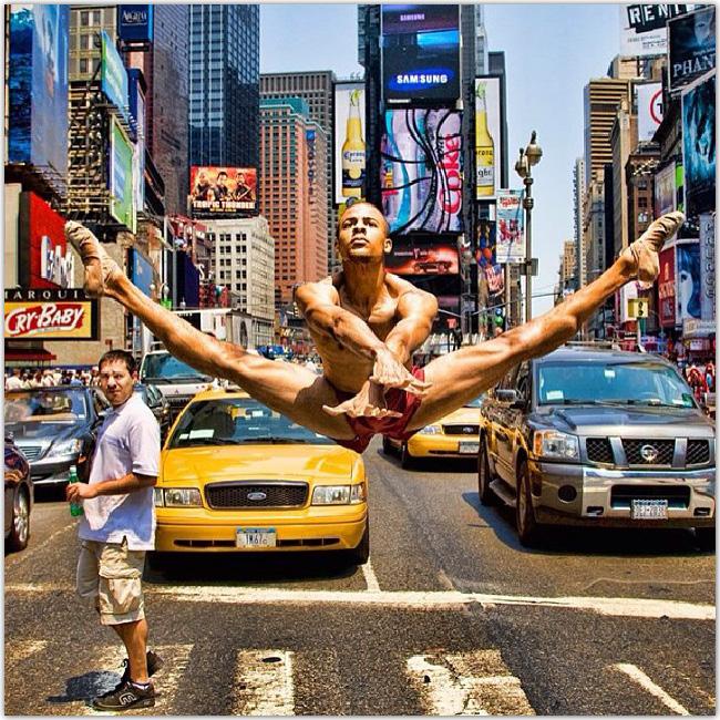 ニューヨークのタイムズスクエアでダンス