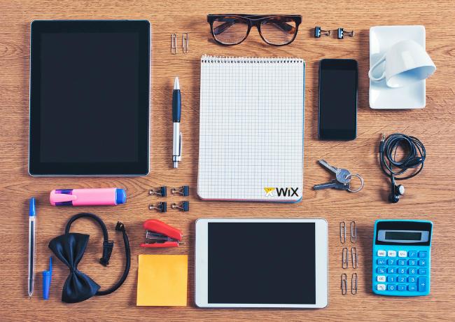iPad やノートなど仕事道具が並んでいる写真