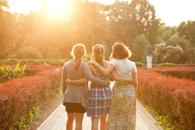 3人の女性が公園を歩いている様子
